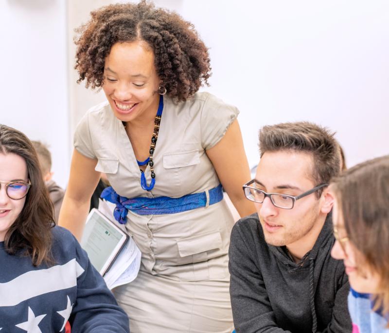 Formations Ardephwerk travaille en tant que professeur-intervenante pour des écoles et centres de formation.